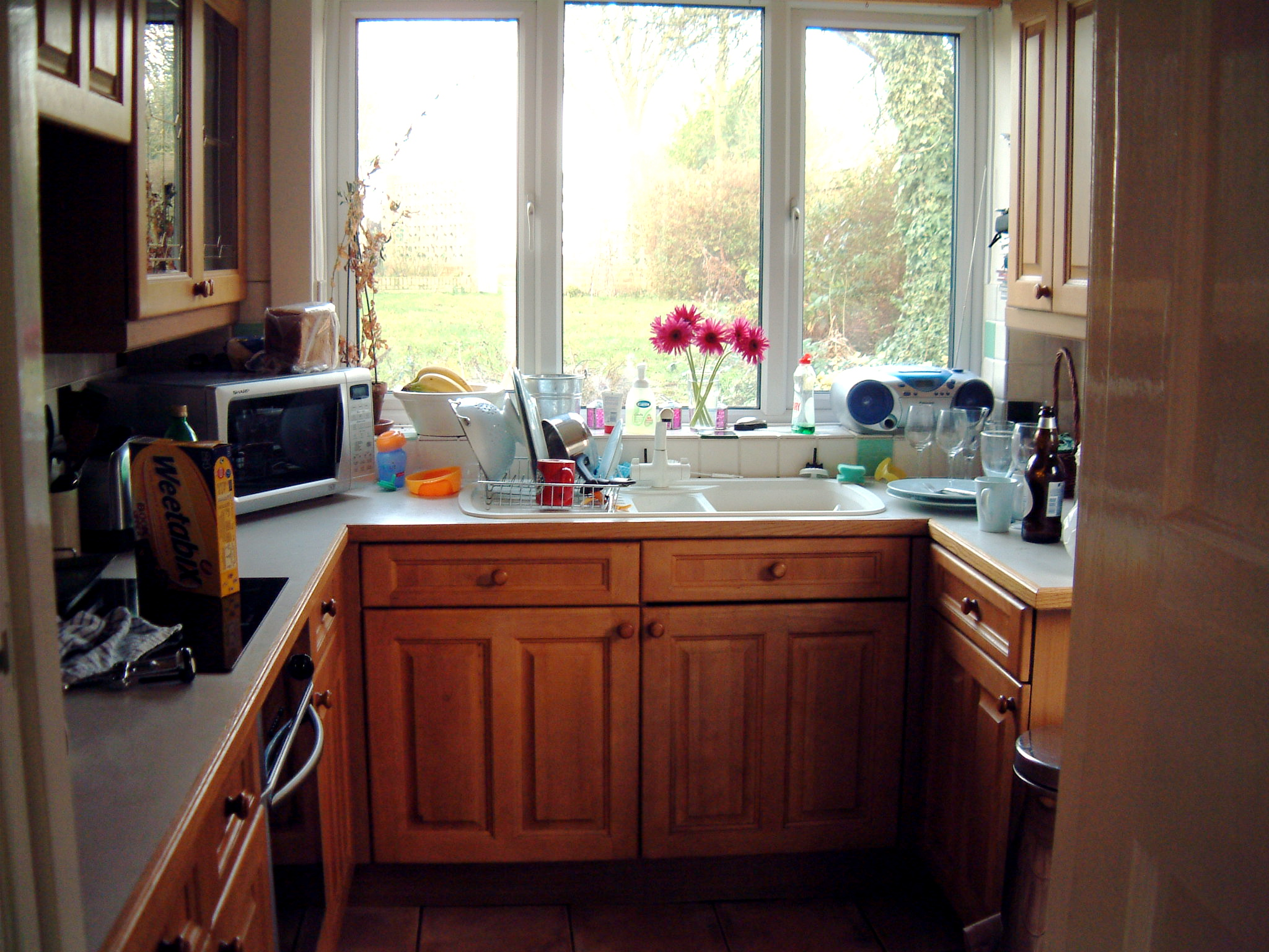 Space saving tips for small kitchens interior for Small kitchen cabinets