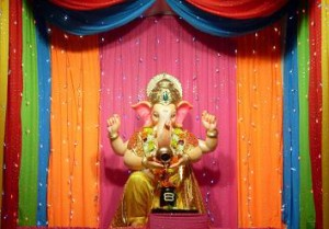 Ganpati_Decoration_Ideas_Colorful_Dupattas_Chunri_Ganpati_Decoration