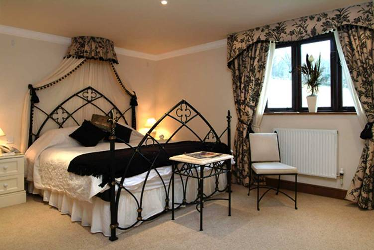 Gothic-style-home-decor-ideas-for-bedroom