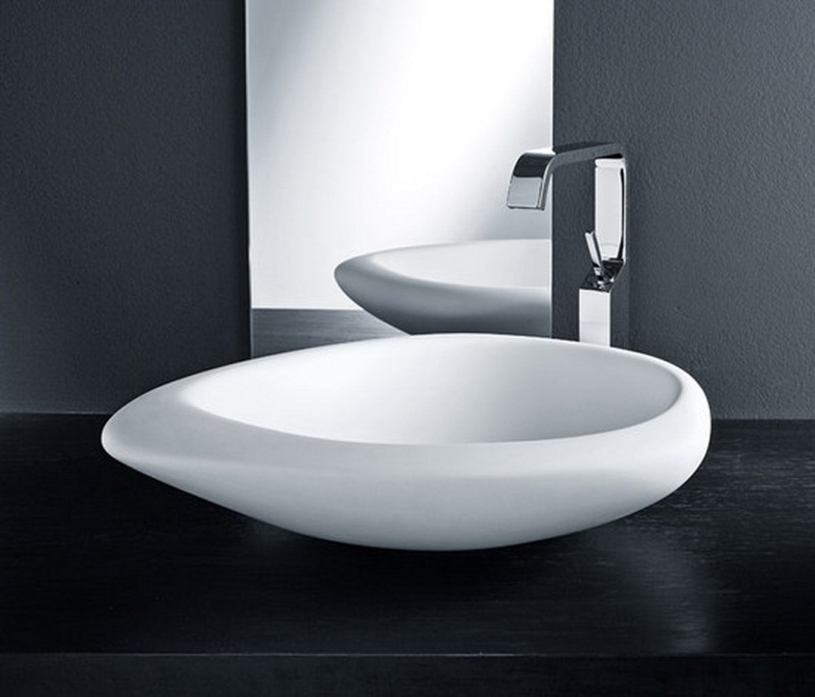 Black-and-White-Washbasins-With-mirror-and-wooden-washbasin-915x783