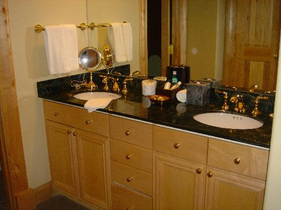 14-wooden-bathroom-vanity