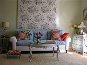 Floral-Pattern-Wallpaper-Drum-Table-Lamp-Chic-Sofa-Floral-Sofa-Cuhions-Living-Room-Design-Ideas