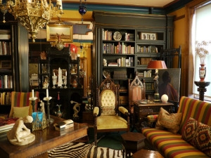 eclectic-room-dark-painted-walls-library-books-vintage-furniture-decor-ideas