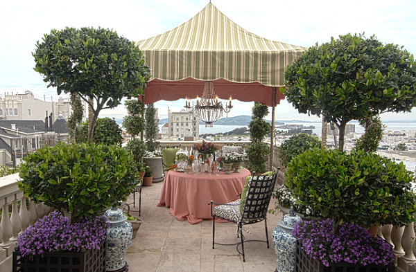 Elegant-outdoor-party-decor-Equipped-with-Green-Area-and-City-View-with-Best-Outdoor-Space-and-Dining-Table-Decorating-Ideas