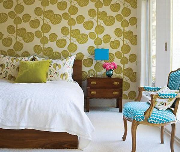 bold-wallpaper-in-bedroom belle maison